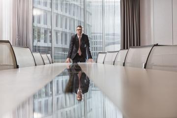 Geschäftsmann am Konferenztisch im Hotel