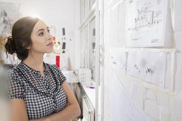 Porträt der jungen weiblichen Architekt, der Bauplan im Amt