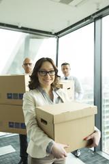 Geschäftsleute im Büro mit Kartons