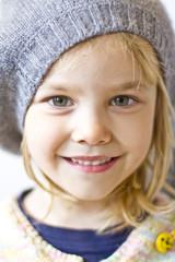 Lächelndes Mädchen trägt Mütze