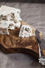 Stücke von Gorgonzola-Käse auf Schneidebrett