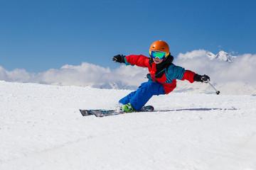 Schweiz, Graubünden, Obersaxen, Junge beim Skifahren