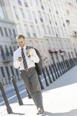 Polen, Warschau, Geschäftsmann mit Handy