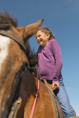 Australien, New South Wales, Dorrigo, Mädchen sitzt auf einem Pferd
