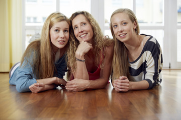 Porträt von Mutter und ihren beiden Töchtern zu Hause