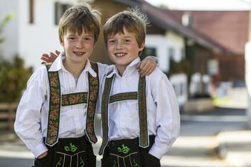 Deutschland, Murnau, Zwillingsbrüder tragen traditionelle Kostüme