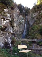 Bergsteigerskulptur und Wasserfall