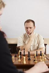Schach, Mann, nachdenklich