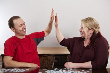 Puzzle, Ehepaar gibt high five