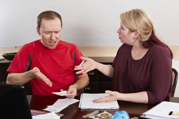 Ehepaar streitet sich bei der Buchführung