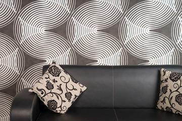 schwarzes Ledersofa in einem Wohnzimmer