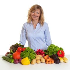 Frau mit blonden Locken freut sich auf frisches Gemüse