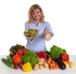 Frau mit blonden Locken und Gemüse empfiehlt Salat