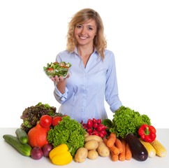 Frau mit blonden Locken liebt Salat und Gemüse