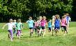 Gruppe laufender Mädchen - 70865729