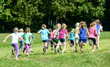 Leinwandbild Motiv Gruppe laufender Mädchen