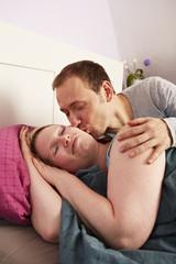 Ehepaar, Morgen im Bett, Kuss