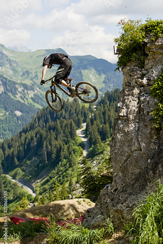 Papiers peints Individuel Mountainbiker jumping from a rock