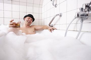 Badewanne, Mann genießt das Schaumbad