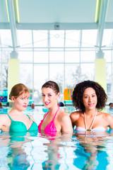 Frauen schwimmen im Pool
