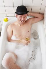 Badewanne, Mann, mit Whiskexglas