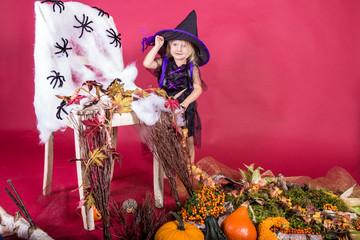 kleines Mädchen mit Kostüm Halloween