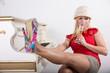 canvas print picture - Frau mit High Heels Pumps und Safari Hut am Klavier