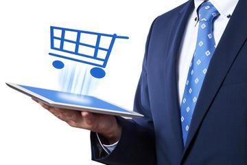 Geschäftsmann hält Tablet und kauft online ein