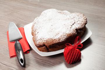 torta al cioccolato  per San Valentino su sfondo di legno