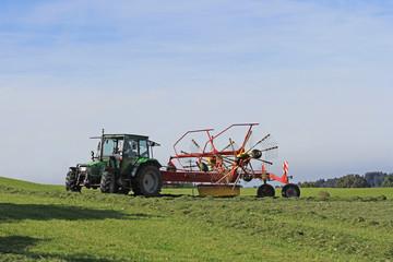 Mäharbeiten mit dem Traktor