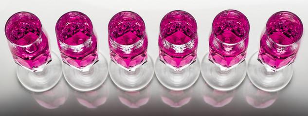 bicchieri cristallo in fila vista dall'alto liquido rosa