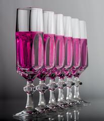 bicchieri cristallo in fila diagonale liquido rosa