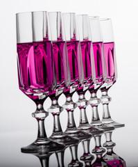 bicchieri cristallo in fila diagonale inclinati liquido rosa