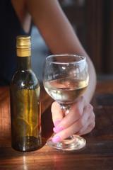 Weinglas in der Hand