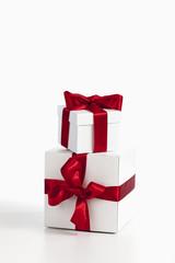 Weihnachtspäckchen auf weißem Hintergrund