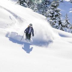 Skifahrerin im Tiefschnee
