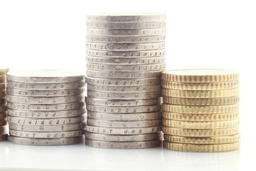 Euro münzen gestapelt isoliert