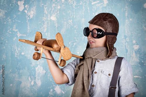 canvas print picture lachender Junge beim Spielen - Flugzeug