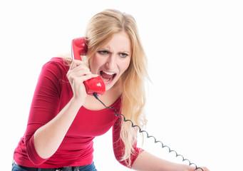 Frau schreit in ein Telefon