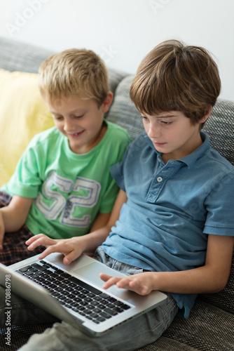canvas print picture zwei brüder spielen am computer