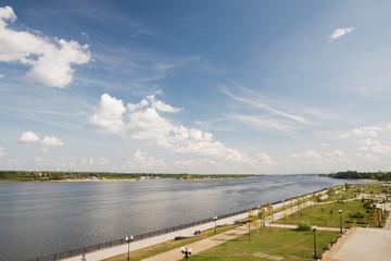 Набережная реки Волга в Ярославле. Летний день