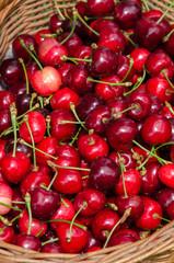 ciliegie rosse in un cestino di vimini