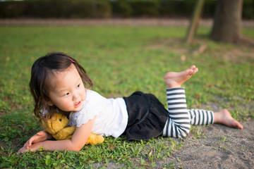 公園で寝転ぶ子供