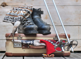 vieilles chaussures de ski sur valise