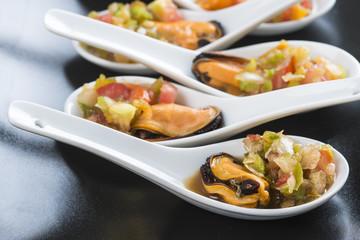 Mejillones a la vinagreta en cucharas de china para aperitivo