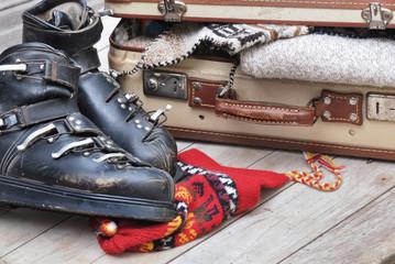 chaussures de ski et  valise