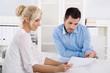Beratungsgespräch oder Business Meeting: zwei Personen im Büro