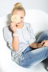 Dieta i odchudzanie. Szczupła dziewczyna z waflem ryżowym