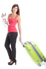 ragazza in partenza, con valigia e cagnolino