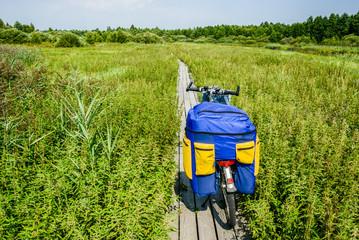 Велосипед на деревянной тропе.